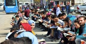 Muş'ta 10 bin öğrenci kaldırımda 3 saat kitap okudu