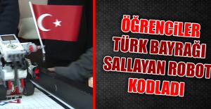 Öğrencilerden Türk Bayrağı Sallayan Robot