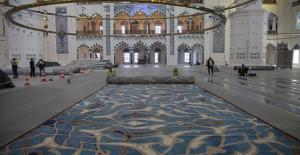 Çamlıca Camii'nin özel tasarım halıları serilmeye başlandı