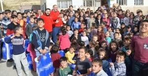 Kızılay'dan Şırnak'taki 350 öğrenciye giysi ve bot yardımı