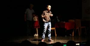 Sahnede seyircilerin alkışlarıyla engelleri aşıyorlar