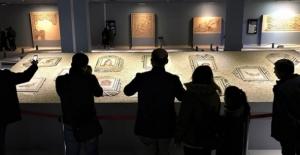 """""""Çingene Kızı"""" mozaiğinin ABD'den getirilen 12 parçasına yoğun ilgi"""