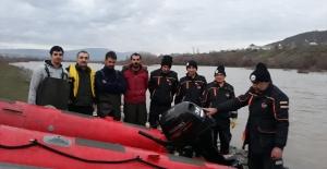 Murat Nehri'nde mahsur kalan 4 kişi kurtarıldı