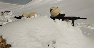 Komandolardan karlı havada operasyon
