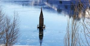 Su seviyesi düşen barajda cami minaresi...