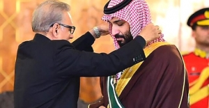Pakistanlı Senatörler, Prens Selman'a Altından Yapılmış Tüfek Hediye Etti