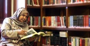 """1 yılda 200 kitap okudu, """"Sıradışı Okur"""" ödülünü kazandı"""