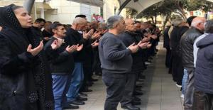 Şarkıcı Tuğba Özerk, 40 Gün Önce Kaybettiği Babası İçin Türkü Okudu