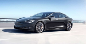 Tesla Model S'in Ufak Bir Gölete Dönen Yoldan Şaşırtıcı Derecede Başarıyla Geçtiği Video