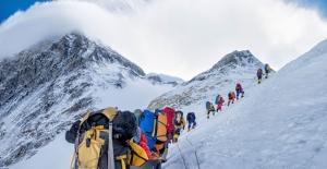 """Kalabalık tırmanış sezonu Everest'i """"çöp dağı"""" haline getirdi"""