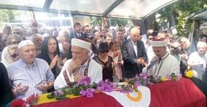 Sanatçı Enis Fosforoğlu son yolculuğuna uğurlandıBüyükada'daki evinde geçirdiği kalp krizi sonucu 2 gün önce hayatını kaybeden tiyatro ve sinema sanatçısı Enis Fosforoğlu, son yolculuğuna uğurlandı.