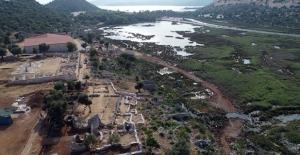 Antalya'daki antik kentte bronz tellerle dikilmiş kurşun zarf bulundu