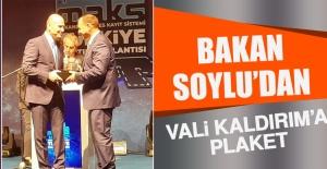 Bakan Soylu'dan Vali Kaldırım'a Plaket