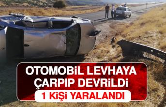 Otomobil Levhaya Çarpıp Devrildi