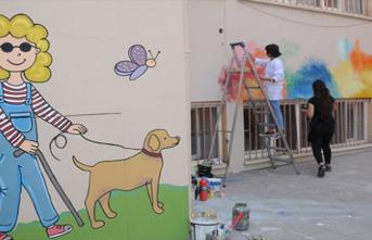 Resim Öğretmenleri Fırçalarıyla Okulları Renklendiriyor