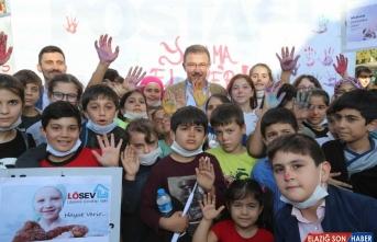 Eyüpsultanlı çocuklar lösemi hastalığına ellerini boyayarak dikkati çekti