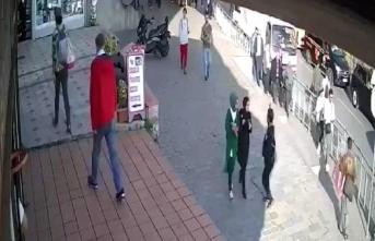 İstanbul Karaköy'de Başörtülü Kıza Çirkin Saldırı!