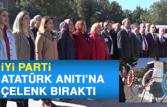 İYİ Parti, Atatürk Anıtı'na Çelenk Bıraktı