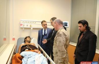 Bitlis Valisi Çağatay, yaralı düzensiz göçmenleri ziyaret etti