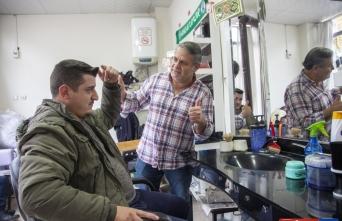 Bitlis'te işitme engelli berber müşterilerine işaret dilini öğretiyor