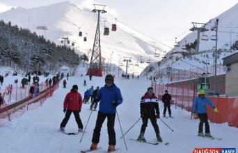 Erzurum Valisi Okay Memiş kayakseverleri Palandöken'e davet etti