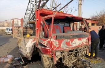 Iğdır'da kazaya karışan kamyonetin kasasındaki makaranın çarptığı işçi öldü
