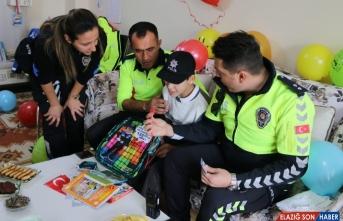 Polisliğe ilgi duyan engelli çocuğa polislerden doğum günü sürprizi