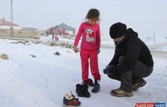 Ağrı'da oluşan uzun buz sarkıtları fotoğrafçıların ilgi odağı oldu