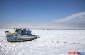 Bitlis'teki Nazik Gölü'nün yüzeyi buzla kaplandı