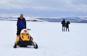 Buz tutan Çıldır Gölü'nde kar motorlarıyla gezinti imkanı