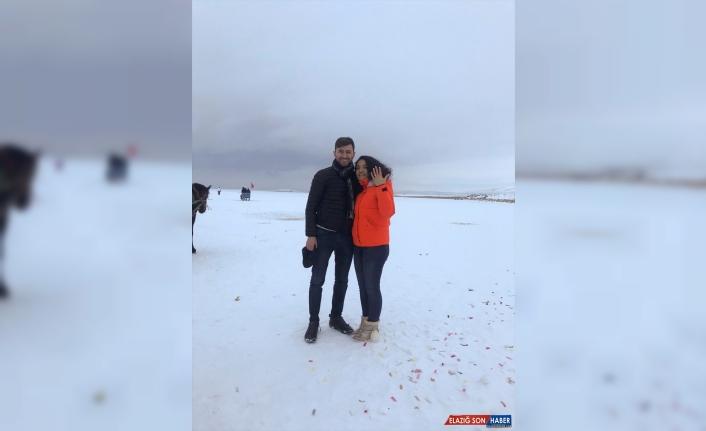 Buz üstünde meşalelerin arasından geçerek evlenme teklifinde bulundu