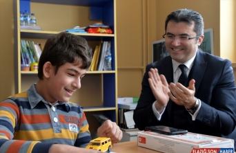 Erzurum Valisi Okay Memiş, görme engelli öğrenciyle şarkı söyledi