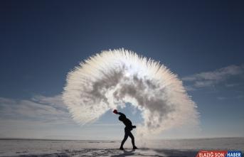 Kars'ta havaya serpilen kaynar su dondu