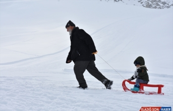 Kayak tutkunları bir çok ilden gelerek Hakkari'de kayak yaptı