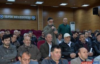 Muhtarın dil sürçmesi Erzurum Valisi Okay Memiş ve salondakileri güldürdü