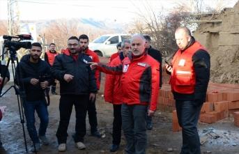 Türk Kızılay depremzedelerin yaralarını sarıyor