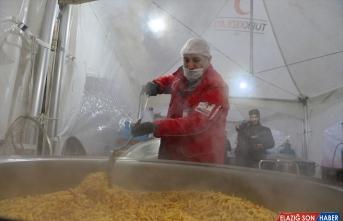 Türk Kızılayı, depremzedelere 68 noktada gıda dağıtıyor