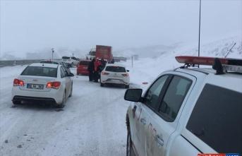 Kar yağışı nedeniyle Kop Dağı'nda mahsur kalan yaklaşık 500 kişi kurtarıldı