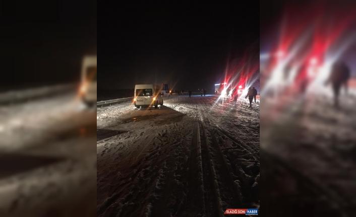 Kara saplanan yolcu otobüsü, kara yolunu bir süreliğine ulaşıma kapattı