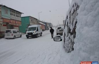 Karlıova yoğun karla beyaza büründü