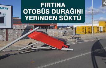 Malatya'da Fırtına Otobüs Durağını Yerinden Söktü