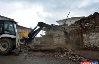 Malatya'da ağır hasarlı binaların yıkımına başlandı