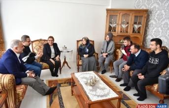Ticaret Bakanı Pekcan depremde enkazdan kurtarılan Azize Çelik'i ziyaret etti