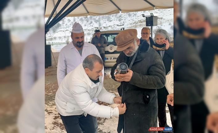 Tunceli Valisi Sonel kabanını soğukta üşüyen engelli vatandaşa giydirdi