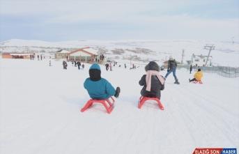 Van'da koruma altındaki çocukların kayak keyfi