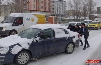 Ardahan ve Kars'ta kar ile buzlanma sürücülere zor anlar yaşattı