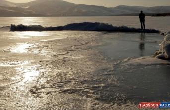 Çıldır Gölü'nün buzları havanın ısınmasıyla erimeye başladı