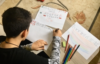 Çocuklar Kovid-19 tedbirlerine destek için aileleriyle çizdikleri resimleri camlara astı