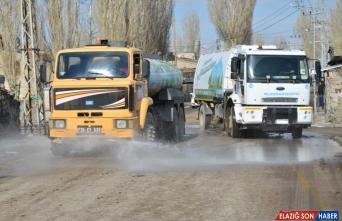 Erzurum'da belediye ekipleri konutları da dezenfekte etmeye başladı