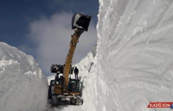 Hakkari'de kar kalınlığının 10 metreyi bulduğu bölgede ekiplerin zorlu mesaisi